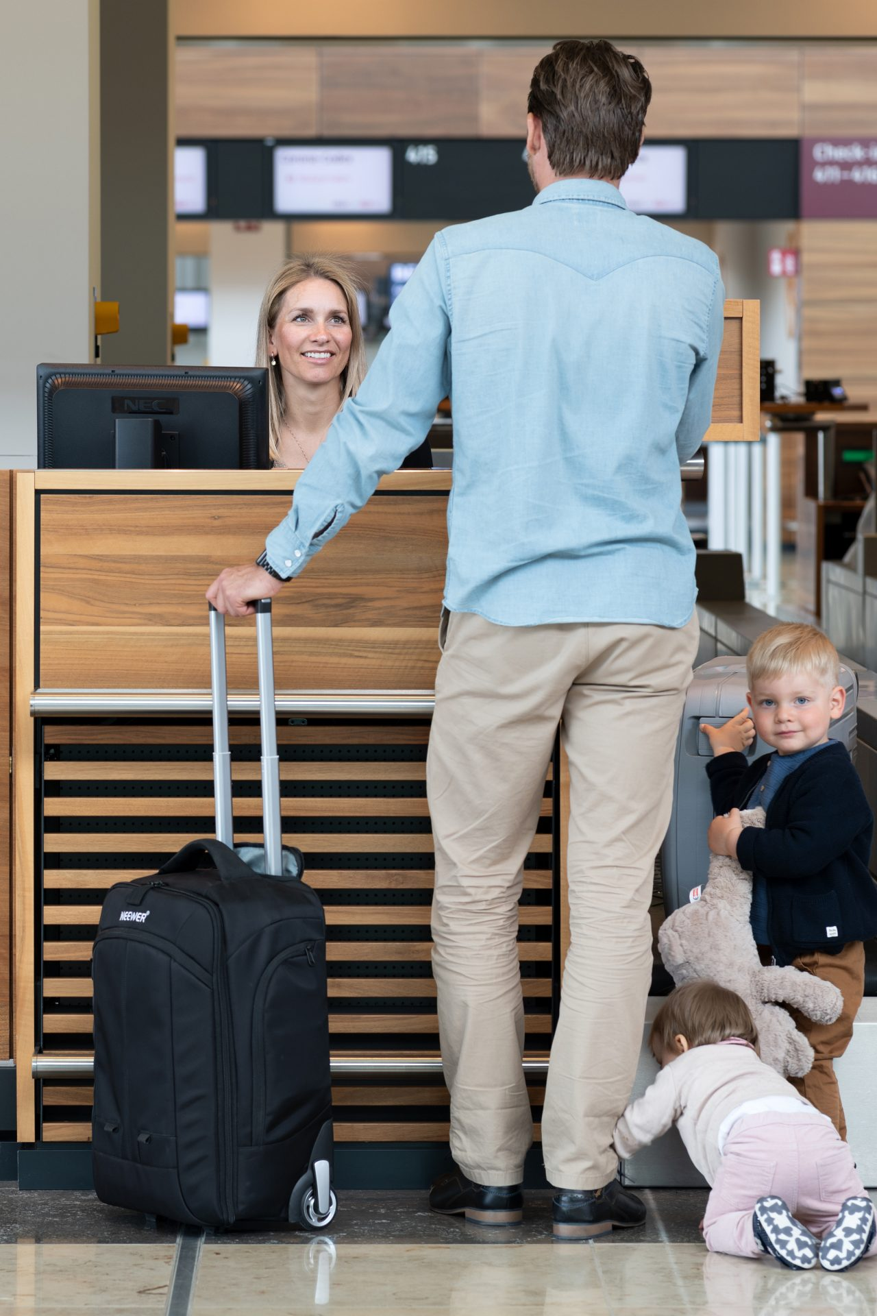 Kinder am Check-in Schalter