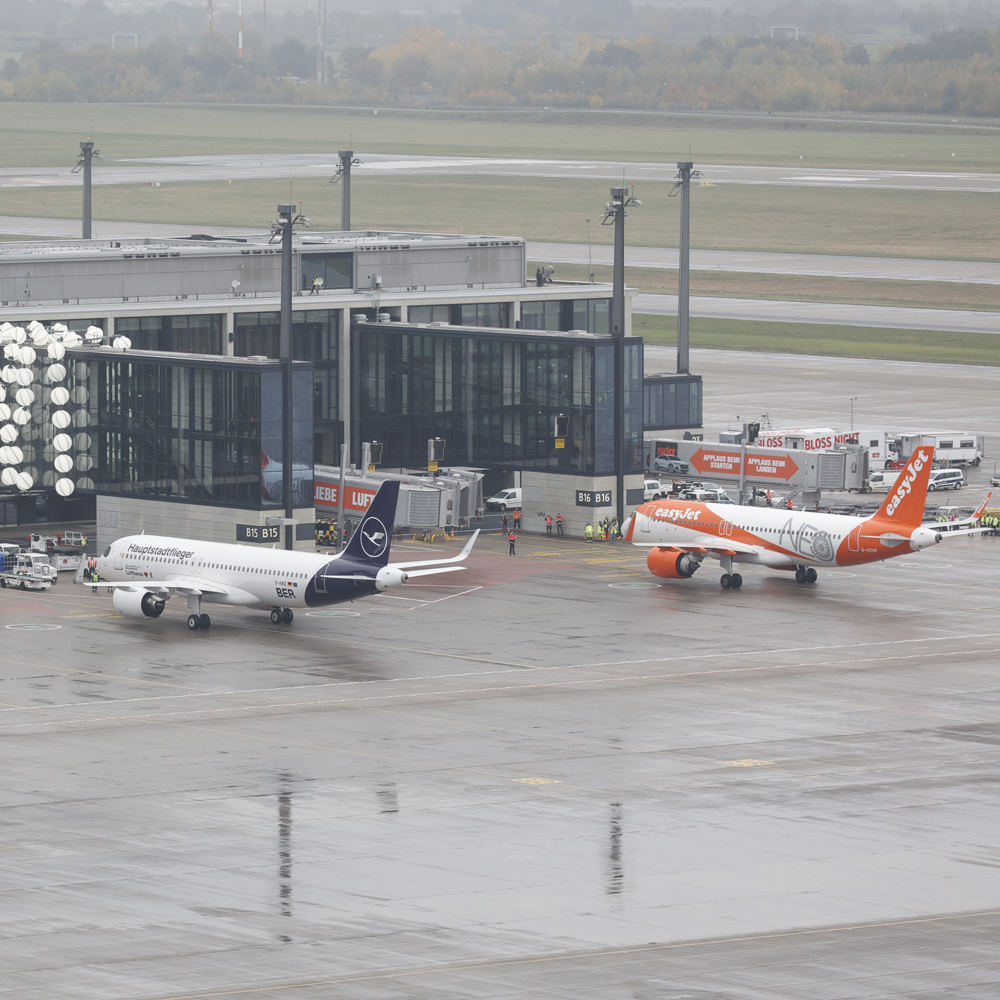 easyJet and Lufthansa at the gates